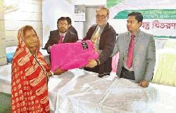 IBBL distributing rnblanket to a distressed female