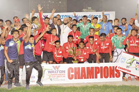Players and official of Arambagh Krira Sangha celebrating with the champions trophy of the Independence Cup Football at  the Bangabandhu National Stadium in Dhaka on Saturday. 	photo: BFF