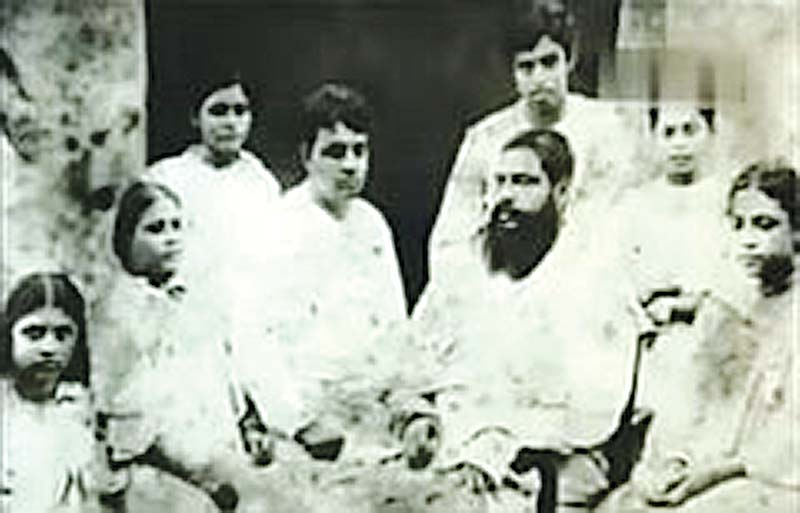 Sukumar Ray with his father Upendrakishore Ray, mother Bidhumukhi and five siblings