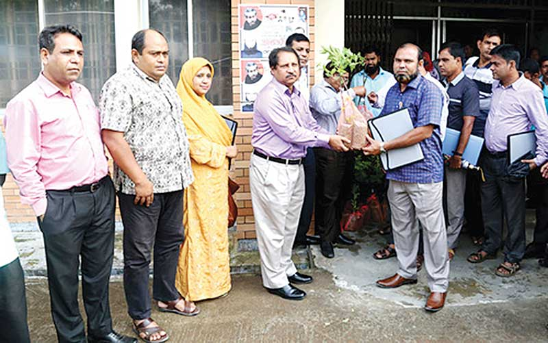 DG of Bangladesh Agriculture Research Institute distributing certificate
