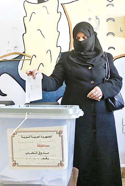 A woman casts her ballot for Syria's first local elections since 2011, on September 16 in the southern Eastern Ghouta, on the eastern outskirts of Damascus.photo : AFP
