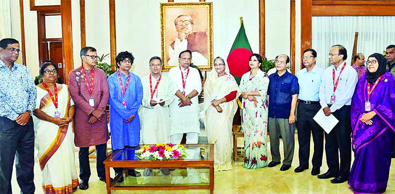 Prime Minister Sheikh Hasina poses for a photo with journalists at Ganobhaban after she handed over a cheque for  Tk 20 crore to Journalists' Welfare Fund on Thursday.	photo : pid
