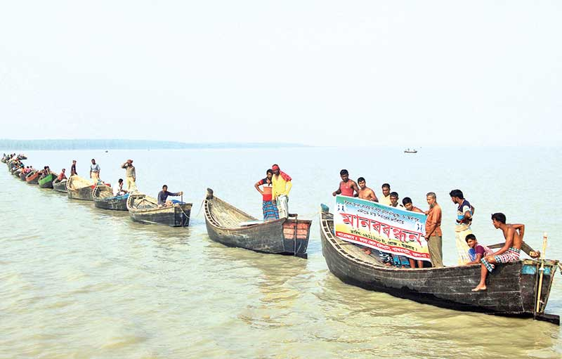 fishermen's   formed a human chain on the Bay of Bengal