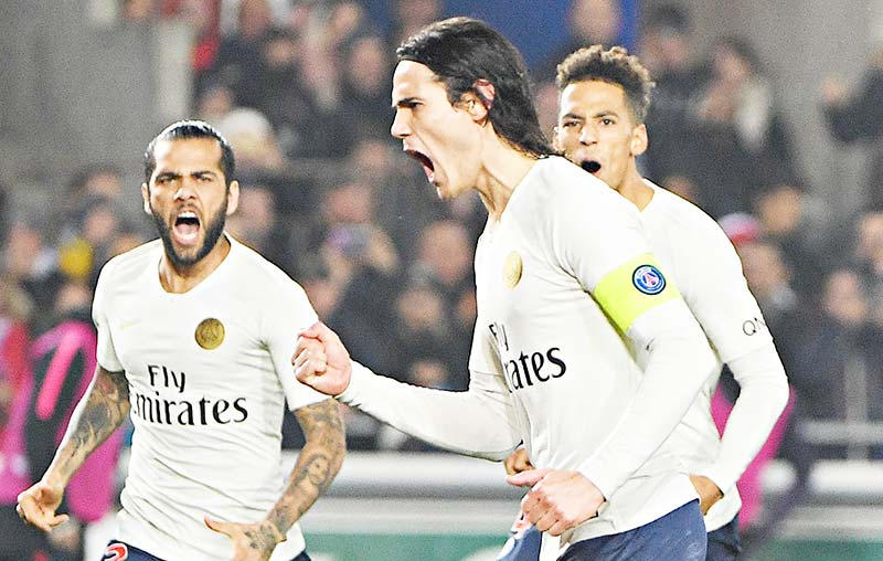 Paris Saint-Germain's Uruguayan forward Edinson Cavani (C) celebrates with teammates after scoring a goal during the French L1 football match between Strasbourg and Paris Saint-Germain (PSG) at the Stade de la Meinau stadium, in Strasbourg, on December 5, 2018.	photo: AFP